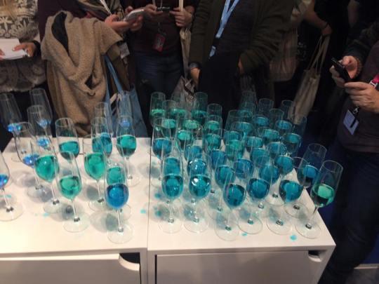 Sekt für die Party in neobooks-Blau